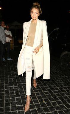 Look todo branco da modelo Gigi Hadid com capa.