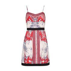 La robé d'été tropicale de chez Yumi - Dans un coton pur et tombant juste au dessus des genoux dans une coupe évasée, c'est la robe parfaite pour les beaux temps à venir. 71,00€ aux Galeries LafayettesSandales PULSIONA - 119,00€ - MINELLIDécouvrir en...