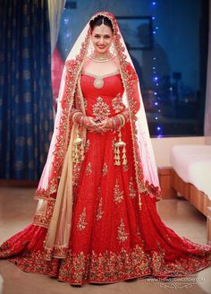 Bridal Wear - The Bride Divyanka! Photos, Hindu Culture, Blue Color, Mangtika, Antique Jewellery, Bridal Mehandi pictures, images, WeddingPlz