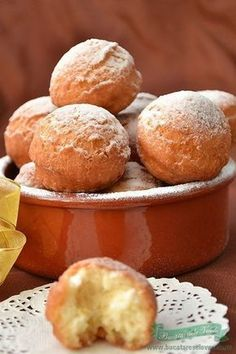 Romanian donuts are the best donuts ❤️❤️❤️ Baby Food Recipes, Baking Recipes, Sweet Recipes, Cake Recipes, Dessert Recipes, Romanian Desserts, Romanian Food, No Cook Desserts, Easy Desserts