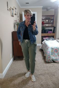 What I Wore This Week - denim jacket with joggers Gamine Outfits, Casual Outfits, Dress Outfits, Fall Fashion Trends, Autumn Fashion, Women's Fashion, Fashion Styles, Spring Fashion, Fashion Ideas