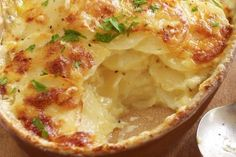 We all know how potatoes gratin is delicious, there are so many recipes that shows us how it's made. But this one is just ridiculously delicious and it's also very easy to make. This skinny gratin potatoes is very easy to make and tastes like Ww Recipes, Potato Recipes, Baking Recipes, Vegetarian Recipes, Baking Pan, Potato Gratin Recipe, Potatoes Au Gratin, Baked Potatoes, Mille Feuille