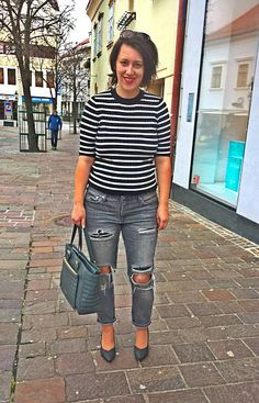 VGRV blog, black white striped knitted shirt, 70s style, distressed grey denim jeans, grey leather bag, grey block heels