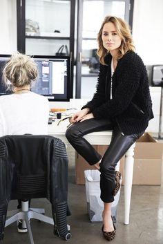 """Diseñadora de su propia firma de vestuario, mamá, empresaria, blogger y todo un referente en moda es Anine Bing. Sus looks con aires desenfadados, simples y amante de los buenos básicos, son parte de su estilo, que ella misma describe como """"laid back"""" una manera de definir ese look descontracturado y natural, muy """"effortless chic"""" (sin esfuerzo), con aires rockeros y también notas bohemias. La..."""