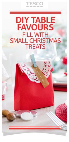 Discover how to make cute table favours for Christmas (ideal for storing edible gifts) – download the free printable template to make the bag and finish with a decorative doily.