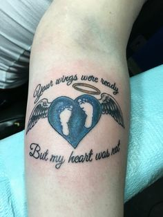 21 meaningful tattoos that memorialize miscarriage & infant loss. Baby Feet Tattoos, Hot Tattoos, Couple Tattoos, Life Tattoos, Body Art Tattoos, Baby Memorial Tattoos, Remembrance Tattoos, Tattoo Oma, Baby Footprint Tattoo