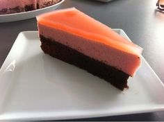 Brownie med jordbærmousse og rabarbergele