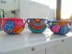 Resultado de imagen para vasija pintada moderna Painted Clay Pots, Painted Flower Pots, Hand Painted, Pebble Painting, Pottery Painting, Garden Crafts, Garden Art, Mundo Hippie, Flower Pot Art