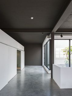 Voorbeeld: donker plafond, lichte muren, betonvloer. Kove | Nylønfabrik
