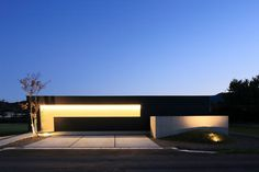 シンプルで美しいミニマルな外観はまるで美術館のよう。内部は閉鎖的な外観からは想像できない、周囲に広がる田園を取り込んだ開放的な空間が広がります。 Minimal Architecture, Contemporary Architecture, Entrance Lighting, Cafe House, One Story Homes, Story House, Home Studio, Landscape Lighting, Building A House