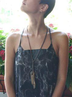 Collana tribale in seta con pendente in legno in stile di aBimBeri