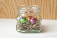 easter decoration diy: glas jar with easter nest inside - great as a center piece for your easter coffee or dinner table