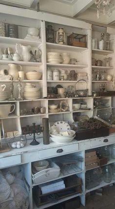 Super Ideas for vintage kitchen farmhouse style display Shabby Chic Kitchen, Farmhouse Style Kitchen, Farmhouse Style Decorating, Shabby Chic Decor, Vintage Kitchen, Farmhouse Decor, Kitchen Decor, Farmhouse Ideas, Farmhouse Kitchens
