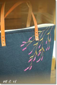 나 어릴때 엄마는 저 여귀풀을 뽑아내기 위해 땡볕에 쪼그리고 앉아 호미질하기 바쁘셨는데... 지금 그때 ... Embroidery Flowers Pattern, Embroidery Bags, Hand Embroidery Designs, Embroidery Stitches, Japanese Bag, Crochet Shoulder Bags, Diy Tote Bag, Linen Bag, Patchwork Bags