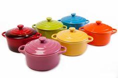 Conjunto com 6 mini caçarolas coloridas. Vai junto um livrinho de receitas! Lindas e práticas para servir a mesa pratos deliciosos. Pode ir ao forno, microondas, e Lava louças. R$49,90