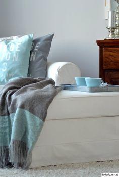 sohva,piristeväri,turkoosi,vaalea sisustus