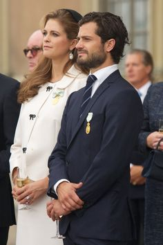 Pin for Later: Die heißesten Fotos von Prinz Carl Philip von Schweden  Carl Philip war gemeinsam mit seiner Schwester Madeleine bei einer Zeremonie zum Kron-Jubiläum von König Carl Gustaf im September 2013 zu sehen.