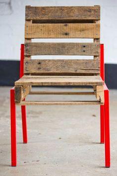 Une chaise entièrement réalisée avec des palettes de bois recyclées.