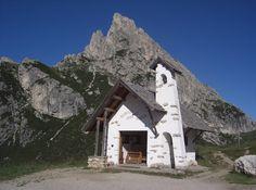 Chiesetta al Passo Falzarego  Cortina d'Ampezzo, Belluno Dolomiti Veneto Italia foto F. Denti
