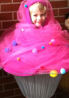 Disfraz para niños pequeños de Magdalena glaseada y una cereza en lo alto - Pink Cupcake Toddler Costume with Sprinkles and a Cherry on Top http://ideas.coolest-homemade-costumes.com/2013/11/15/pink-cupcake-toddler-costume-with-sprinkles-and-a-cherry-on-top/