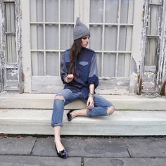 denim on denim, grey beanie, charlotte olympia kitty flats Street Chic, Street Style, Ripped Knee Jeans, Tomboy Chic, Double Denim, All About Fashion, Style Me, Winter Fashion, Normcore