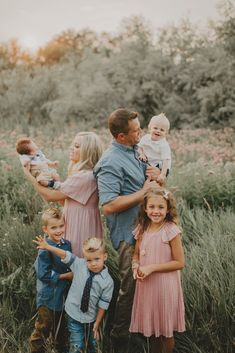 Fall Family Picture Outfits, Spring Family Pictures, Family Picture Colors, Family Portrait Outfits, Family Photos What To Wear, Large Family Photos, Family Picture Poses, Family Photo Sessions, Family Outfits