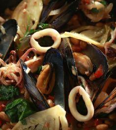 Καλαμάρι σοτέ με μύδια, φασόλια, σπανάκι και μπέικον | Γιάννης Λουκάκος