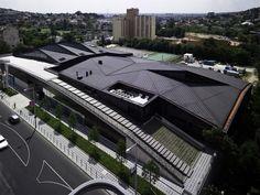 Centro deportivo en Budapest (Hungría), que transforma su sencilla planta rectangular en un espacio complejo revestido de cobre preoxidado. #deportes #cobre