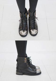 金属感银色鞋头,造就华丽的混搭美感!~ 高档皮质面料和混合金属镜面鞋头的碰撞,极具新鲜感和华丽感~ 精美鞋带搭配D字形金属鞋带孔,丰富了造型层次感,更可满足潮人的多种穿法~ 经典短靴采用人性化内侧拉链,穿脱更便捷,时尚又美观~ 平底小跟的设计,更科学地分散脚部受力,行走平稳舒适~ 鞋头时尚达人百搭必备款!~ -拼接- -平底- -短靴-