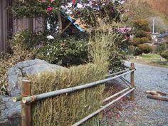 brushwood fence: How to Build a. brushwood fence: How to Build a. Garden Arbor, Garden Fencing, Garden Trellis, Garden Landscaping, Backyard Projects, Garden Projects, Fence Design, Garden Design, Cerca Natural