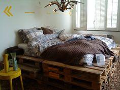 Camas feitas com paletes de madeira Pallet Beds, Pallet Furniture, Unusual Hotels, Bedding Inspiration, Hotel Bed, Bed Base, Inside Design, New Beds, Diy Bed