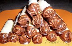 POTŘEBNÉ PŘÍSADY:  TĚSTO  35 dkg hladké mouky 15 dkg cukru 18 dkg másla 7 dkg mletých oříšků 1 celé vajíčko 1 žloutek,kakao- nemusí být   KRÉM  1 hrnek  ...