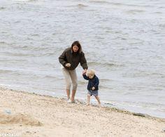 El Príncipe George con su abuela, Carole Middleton, en la playa (Julio 2015)