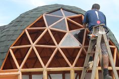 Geodesic Dome Greenhouse, Geodesic Dome Homes, Round Building, Building A Cabin, Bubble House, Tropical Greenhouses, Yurt Home, Modern Man Cave, Natural Architecture