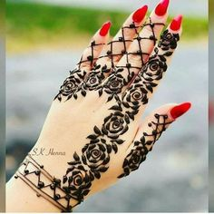 Picking a mehndi design is the most confusing task ever when you have so many designs to choose from. Fret not, our post about simple mehndi designs for 2018 will end your search for the perfect mehendi design that you are looking for! Henna Hand Designs, Eid Mehndi Designs, Mehndi Designs Finger, Simple Arabic Mehndi Designs, Mehndi Designs For Beginners, Mehndi Simple, Latest Mehndi Designs, Beautiful Mehndi Design, Mehndi Designs For Fingers