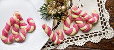 Preparare tutti gli ingredienti per la realizzazione dei biscotti di frolla. Lavorare la farina con il burro a pezzettini sino a quando si ottiene un composto...