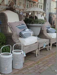 .Look at the umbrella in the urn! Idea for separate secret sitting area.