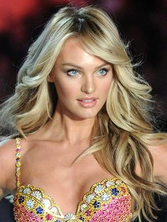 How to get every type of wave, including Victoria's Secret bombshell Angel hair like Candice Swanepoel. Long Face Hairstyles, Wedding Hairstyles, Fashion Hairstyles, Latest Hairstyles, Modelos Victoria Secret, Bombshell Hair, Long Faces, Beautiful Eyes, Gorgeous Hair