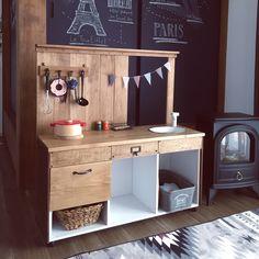 おままごとキッチンを手作りしてみませんか?DIYパパ&ママが増えているこの頃です。男の子も女の子も楽しく遊べる「おままごとキッチン」を、カラーボックスをリメイクしてつくるご家庭が急増しているようです。しかもそのクオリティが本格的という凄さ!カラーボックスでつくるおままごとキッチンを集めてみたのでご紹介していきます。