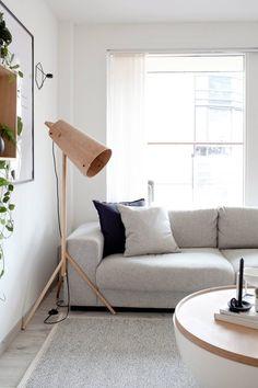 TO PUTER ER NOK: Sofa, bord og lampe er fra Bolia, mens putene i sofaen er fra Bolina. FOTO: Irene Sandved Lunde