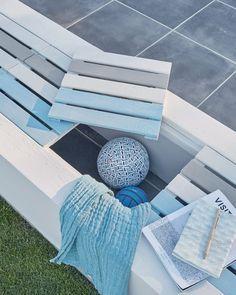 Guide Maison - Printemps 2017, créer un banc avec des dalles en bois sur tasseau dans une structure maçonnée Garden Bike Storage, Picnic Blanket, Outdoor Blanket, Exterior, Outdoor Furniture, Outdoor Decor, Guide, Catalog, Kids Rugs