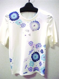 -Nagaoka- 丸首Tシャツ半袖白・日本製値下げ致しました。9,800円 → 6,000円ブルー、パープル、ピンクの花々がたくさん入っていて、楽...|ハンドメイド、手作り、手仕事品の通販・販売・購入ならCreema。