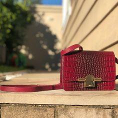 91b46ec28 Bolsa modelo Nonnie em couro estampa troco cor mulberry. A Cross body  perfeita. #