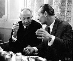 Gustáv Husák (vľavo) a Alexander Dubček. Under Pressure, Soviet Union, Eastern Europe, Wwii, Presidents, Couple Photos, Fictional Characters, World War Ii, Couple Photography