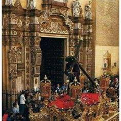 Ntro. Padre Jesús de la Salud por la calle Sol. Fachada de la iglesia de los Terceros. Sevilla.