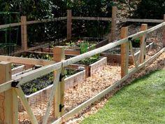 Cheap Garden Fencing, Small Garden Fence, Fenced Vegetable Garden, Diy Fence, Fence Landscaping, Backyard Fences, Easy Garden, Chickens Backyard, Fence Ideas