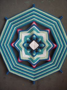 Gods Eye, Old Clothes, Holiday Crafts, Projects To Try, Weaving, Crafty, Quilts, Stitch, Diy