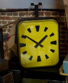 Ancienne horloge de ville double face, disponible chez Sortie d'Usine Morgny (Eure ).Déco loft !