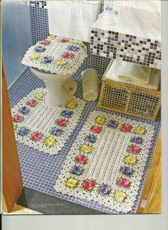 """Saindo um pouco do tema """"roupas"""" estou postando este lindo jogo de tapetes. Muito alegre. Vai dar um show no seu banheiro! Fonte..."""
