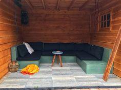 Je wilt als het even kan lekker buiten kunnen zitten. Relaxed loungen in de zon met je vrienden. Alleen op dit moment heb je nog geen comfortable bank voor buiten of alleen een paar gare stoelen die bijna uitelkaar vallen?  Wat je nodig hebt is een mooie houten loungeset voor buiten of onder je overkapping. Een redelijk eenvoudig gemaakte loungeset van hout die plek bied voor genoeg mensen in je tuin. #lougeset #diy #houtenbank Outdoor Sectional, Sectional Sofa, Couch, Outdoor Furniture, Outdoor Decor, Lounge, Diys, Relax, Table